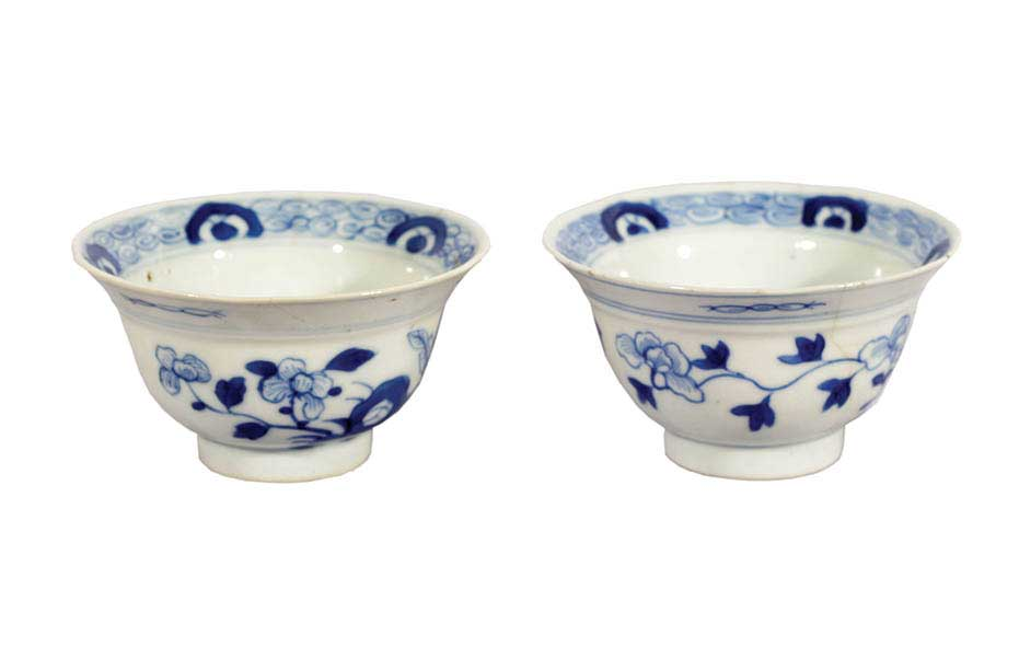 A pair of blue n white bowls with flowers decoration
